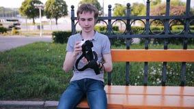 Hombre joven en 360 vidrios de VR Vidrios de la realidad virtual almacen de metraje de vídeo