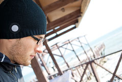 Hombre joven en vidrios y casquillo Fotos de archivo libres de regalías