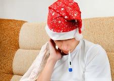 Hombre joven enfermo con el termómetro Foto de archivo