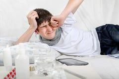 Hombre joven enfermo con gripe Foto de archivo
