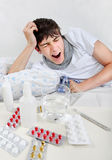 Hombre joven enfermo con gripe Fotografía de archivo libre de regalías