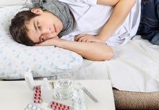 Hombre joven enfermo con gripe Fotos de archivo libres de regalías