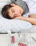 Hombre joven enfermo con gripe Imágenes de archivo libres de regalías