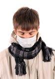 Hombre joven enfermo en máscara de la gripe Fotos de archivo libres de regalías