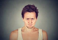 Hombre joven enojado alrededor para tener ataque de nervios Foto de archivo