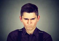 Hombre joven enojado alrededor para tener ataque de nervios Fotografía de archivo