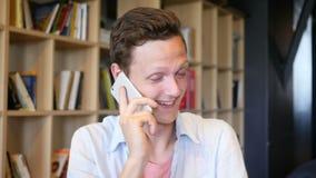 Hombre joven enojado en el teléfono metrajes