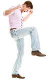 Hombre joven enojado que rompe algo - aislado en el backgroun blanco Foto de archivo libre de regalías