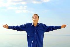 Hombre joven feliz al aire libre Foto de archivo libre de regalías