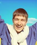Hombre joven feliz al aire libre Foto de archivo
