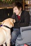 Hombre joven feliz con el perro Foto de archivo