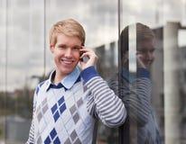 Hombre joven feliz con el teléfono celular Fotografía de archivo libre de regalías