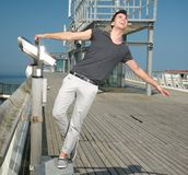 Hombre joven feliz con la extensión de los brazos Fotografía de archivo libre de regalías