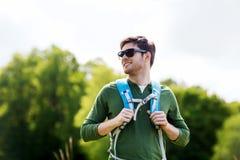 Hombre joven feliz con la mochila que camina al aire libre Foto de archivo libre de regalías
