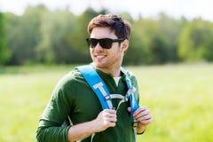 Hombre joven feliz con la mochila que camina al aire libre Fotografía de archivo libre de regalías