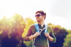 Hombre joven feliz con la mochila que camina al aire libre Fotos de archivo