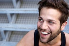 Hombre joven feliz con la risa de la barba Imágenes de archivo libres de regalías