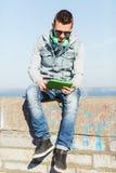 Hombre joven feliz con PC y los auriculares de la tableta Fotografía de archivo