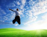 Hombre joven feliz de salto Fotos de archivo libres de regalías