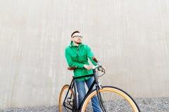 Hombre joven feliz del inconformista con la bici fija del engranaje Fotos de archivo libres de regalías