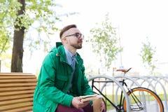 Hombre joven feliz del inconformista con la bici fija del engranaje Imagen de archivo