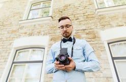 Hombre joven feliz del inconformista con la cámara de la película en ciudad Fotos de archivo libres de regalías