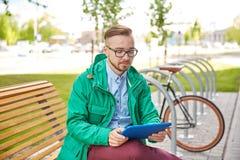 Hombre joven feliz del inconformista con PC y la bici de la tableta Fotos de archivo libres de regalías