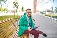 Hombre joven feliz del inconformista con PC y la bici de la tableta Fotos de archivo
