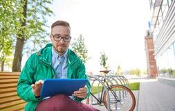 Hombre joven feliz del inconformista con PC y la bici de la tableta Fotografía de archivo