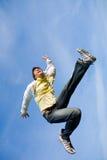 Hombre joven feliz - el extremo de salto vuela en cielo azul. fotografía de archivo libre de regalías