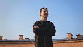 Hombre joven feliz en fondo del cielo azul Foto de archivo