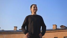Hombre joven feliz en fondo del cielo azul Fotografía de archivo