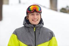 Hombre joven feliz en gafas del esquí al aire libre Imagen de archivo libre de regalías