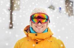 Hombre joven feliz en gafas del esquí al aire libre Imágenes de archivo libres de regalías