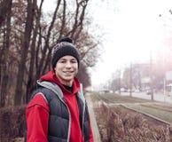 Hombre joven feliz en la calle de la ciudad Fotografía de archivo libre de regalías