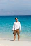Hombre joven feliz en la playa imagenes de archivo