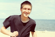 Hombre joven feliz en la playa Fotografía de archivo libre de regalías