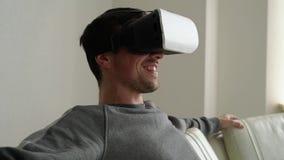 Hombre joven feliz en risas de los vidrios 3d almacen de metraje de vídeo