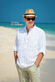 Hombre joven feliz en vacaciones Fotos de archivo