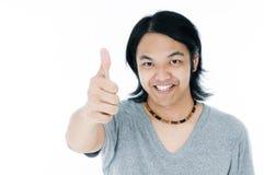 Hombre joven feliz que da un pulgar encima de la muestra Fotografía de archivo