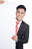 Hombre joven feliz que muestra y que exhibe el cartel listo para el texto imagen de archivo libre de regalías