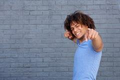 Hombre joven feliz que señala los fingeres foto de archivo libre de regalías