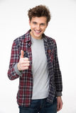 Hombre joven feliz que se coloca con el pulgar para arriba Fotografía de archivo libre de regalías