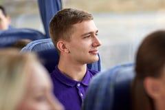 Hombre joven feliz que se sienta en autobús del viaje Fotografía de archivo