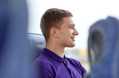 Hombre joven feliz que se sienta en autobús del viaje Fotos de archivo