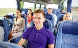 Hombre joven feliz que se sienta en autobús o tren del viaje Imagen de archivo
