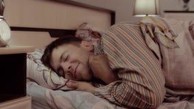 Hombre joven feliz que se va a la cama con placer metrajes