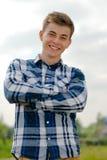 Hombre joven feliz que sonríe al aire libre Imagenes de archivo