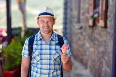 Hombre joven feliz que sostiene el helado Imagen de archivo libre de regalías