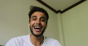 Hombre joven feliz que tiene llamada video de la charla, latín sonriente Guy Talking Online, pantalla de ordenador Point of View